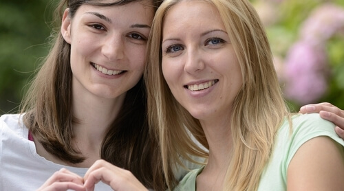 Oui, les rencontres lesbiennes se font aussi bien en ligne qu'en live