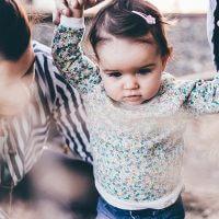 Les 5 pièces indispensables du dressing de bébé fille